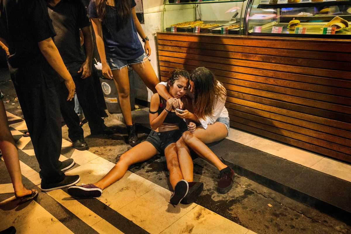 nikon walkley awards for excellence in photojournalism  girls comforting each other on legian street nic walker